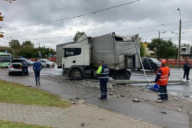 В Минске фура снесла столб. Движение троллейбусов парализовано