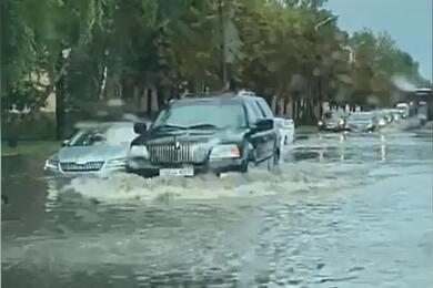 «Вот это волны»: вМинске затопило улицу Калиновского. Видео