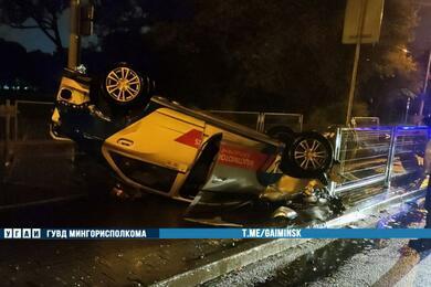В Минске пьяный водитель опрокинул накрышу каршеринговый Chervolet
