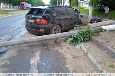 В Мозыре BMW X5 снес дорожный знак истолб