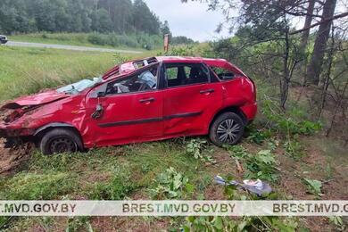 В Пружанском районе Ford вылетел вкювет иперевернулся— один человек погиб, еще три пострадали