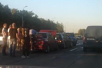 Видеофакт. Набрестской трассе под Минском собрался «паровоз» изпяти авто