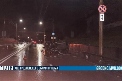 В Гродно BMW влетел вограждение иперевернулся— пострадали два человека