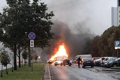 Видеофакт. Напроспекте Независимости вМинске сгорел микроавтобус
