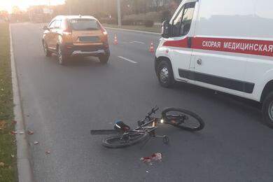 Ослепило солнце: вГродно напереходе водитель Lada сбил велосипедиста. Видео аварии