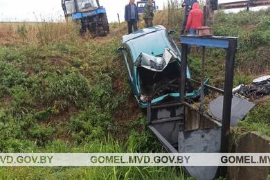 В Рогачевском районе Citroen врезался вшлюз мелиоративного канала