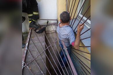 В Минске мужчина застрял вприямке между решетками