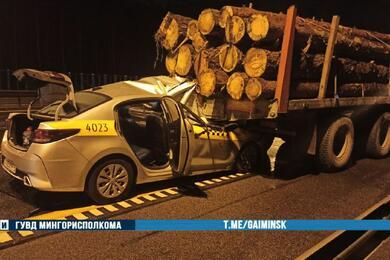 На МКАД такси влетело впопутный лесовоз— водитель погиб