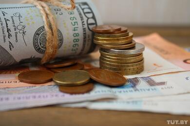 На торгах 15октября курс доллара упал ниже 2,46 рубля, аевро— ниже 2,85 рубля
