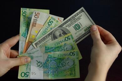 На торгах 3сентября доллар подешевел, аевро укрепился