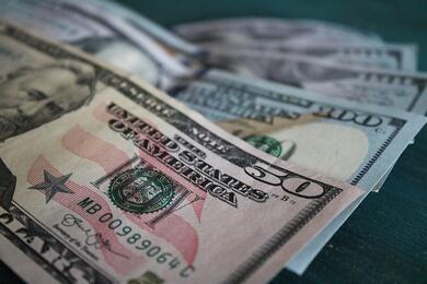 На торгах 6августа заметно упали курсы доллара иевро