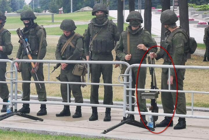 """Военные у стелы """"Минск - город-герой"""" 23 августа 2020 года. У одного из них - снайперская винтовка СВД, у другого - единый пулемет ПКМ"""