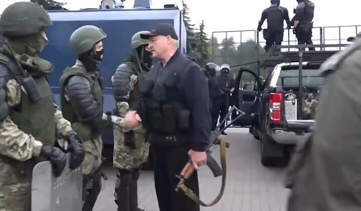 Лукашенко разговаривает с силовиками 23 августа 2020 года около Дворца независимости. К автомату АКС-74У уже примкнут магазин