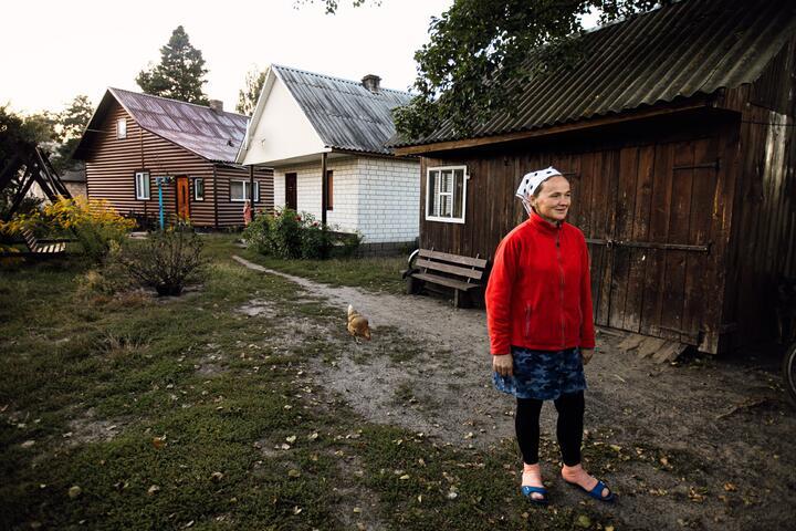 Надежда Крупич у своего дома