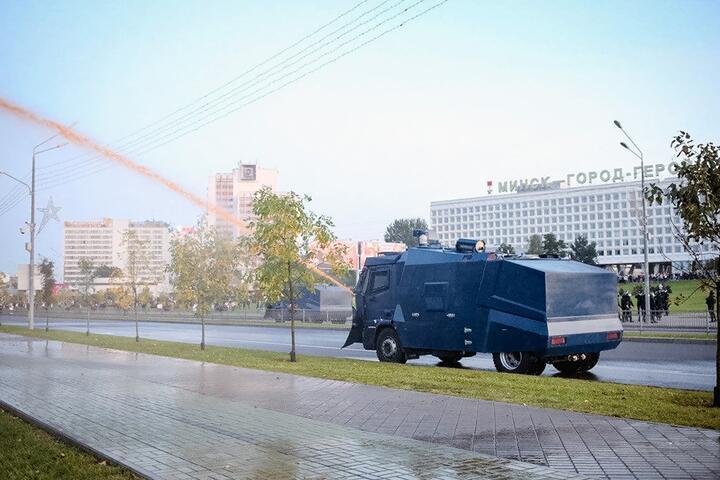 """Водомет """"Хищник"""" выпускает оранжевую воду на проспекте Победителей 23 сентября 2020 года"""