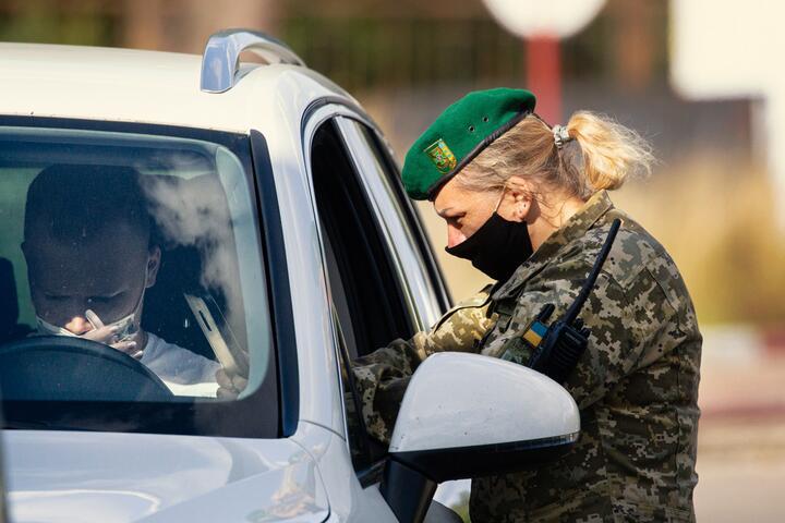 Прапорщик Ирина Ясинская проверяет документы у пересекающего границу