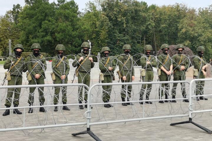 """Строй людей в форме у стелы """"Минск - город-герой"""" 30 августа 2020 года. Силовики выглядели очень молодо, некоторые - практически как подростки"""