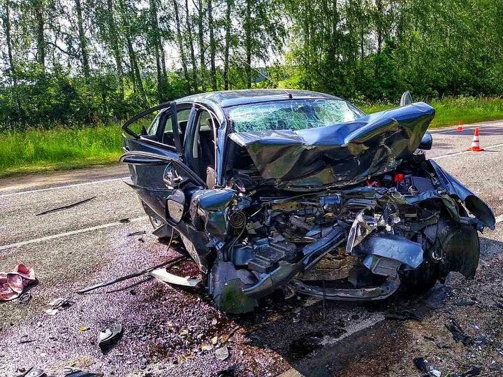15 июня в аварии под Новогрудком погибли15-летний подросток и его 42-летняя мать. Оба водителя получили серьезные травмы, ихгоспитализировали в реанимацию в тяжелом состоянии. Поданным следствия, водитель Nissan Primera двигался по трассе Барановичи – Новогрудок – Ивье, выехал навстречную полосу истолкнулся сNissan Almera, вкотором ехала семья изтрех человек