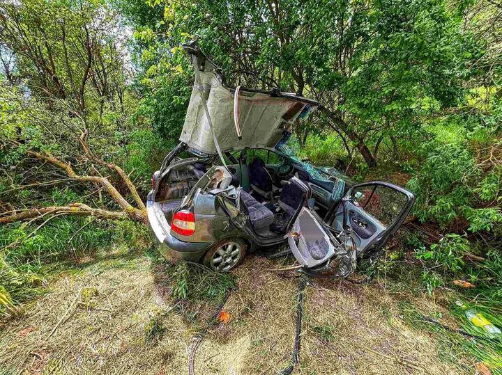 Вэтой аварии, которая произошла 10июня около 11.00 натрассе Р142 под Мостами, погибли две девочки 12 и13 лет. Попредварительной информации, 58-летний мужчина несправился суправлением Renault: иномарка съехала вкювет иврезалась вдерево. Также в результате ДТП серьезные травмы получили водитель и57-летняя пассажирка.