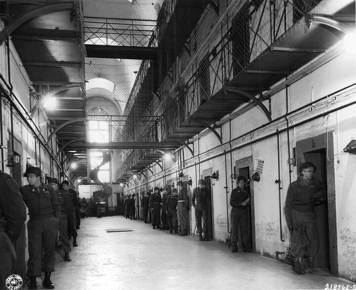 Внутренний зал тюрьмы: круглые сутки охрана следила за подсудимыми в камерах. Фото: wikipedia.org