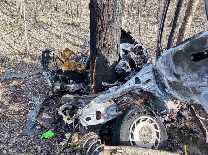 ВПинском районе вночь на11апреля в авариипогибли водитель Nissan иего 18-летняя пассажирка. По информации следствия, 27-летний водитель легковушки не справился с управлением на трассе Лунинец - Пинск и съехал в кювет, где автомобиль врезался вдеревья исгорел