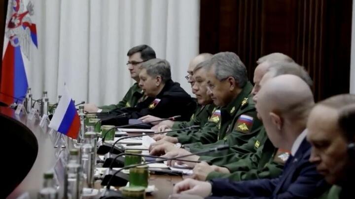Бизнесмен Евгений Пригожин (второй справа)— единственный человек вштатском среди участников встречи сливийской военной делегацией вноябре 2018 года