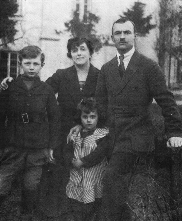 Симон Рак-Михайловский с женой Надеждой, дочерью Рогнедой и сыном Рогволодом. Во дворе Виленской белорусской гимназии, 1923 год. Фото: wikipedia.org
