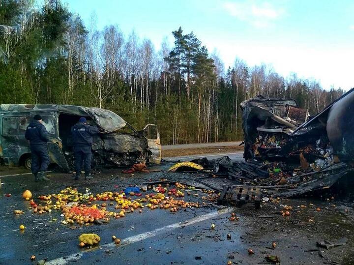 Лобовое столкновение микроавтобуса и большегруза произошло15марта на трассе М1 в Крупском районе. Попредварительным данным, авария произошла из-за того, что 27-летний водитель микроавтобуса уснул зарулем, вылетел навстречку и врезался в фуру Mercedes. В аварии погибли оба водителя