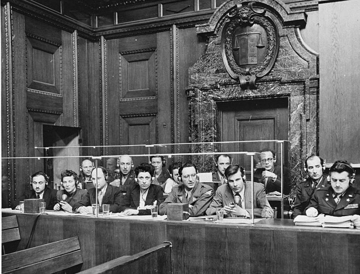 Переводчики в зале суда (29 марта 1946). Фото: wikipedia.org