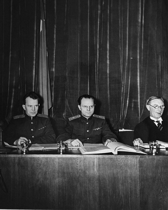 Советские судьи: Александр Волчков (слева) и Иона Никитченко (центр) на Нюрнбергском процессе. Фото: wikipedia.org
