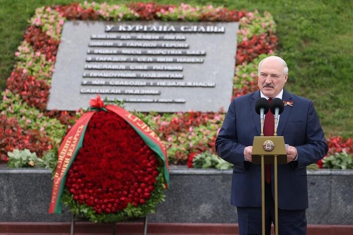 """Александр Лукашенко на торжественном мероприятии в мемориальном комплексе """"Курган Славы"""" 3 июля 2021 года. Фото: president.gov.by"""