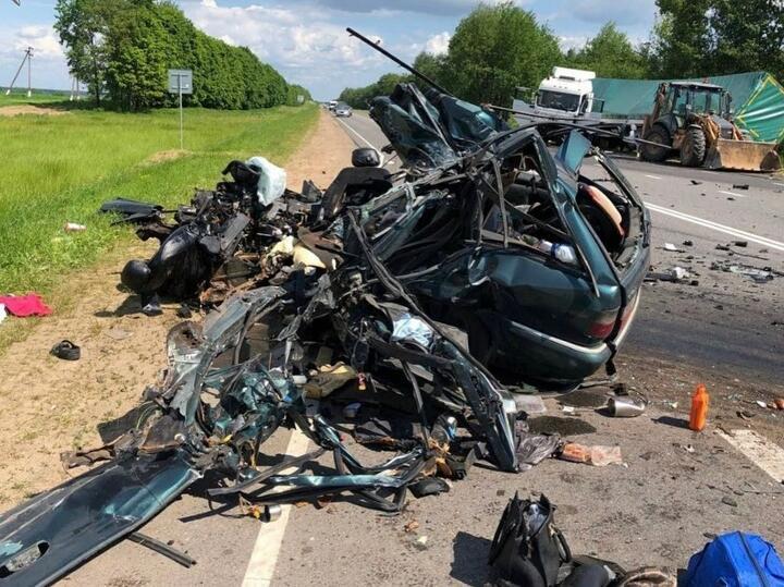 Днем 6 июня в аварии, которая произошла на трассеР122 Могилев— Чериков— Костюковичи, погибли четыре человека, в том числе двухлетняя девочка. Предварительно было установлено, что 36-летняя водитель Citroen совершала обгон и врезалась во встречную фуру