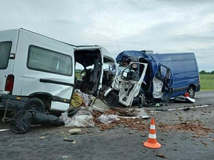 Лобовое столкновение двухмикроавтобусов под Иваново произошла утром 14июня на468-м километре трассы М10. Предварительно установлено, что 24-летний водитель Opel выехал на встречку и врезался в Renault, которым управлял 35-летний минчанин.Врезультате ДТП последний от полученных травм умер, а предполагаемый виновник аварии с тяжелыми травмами был госпитализирован