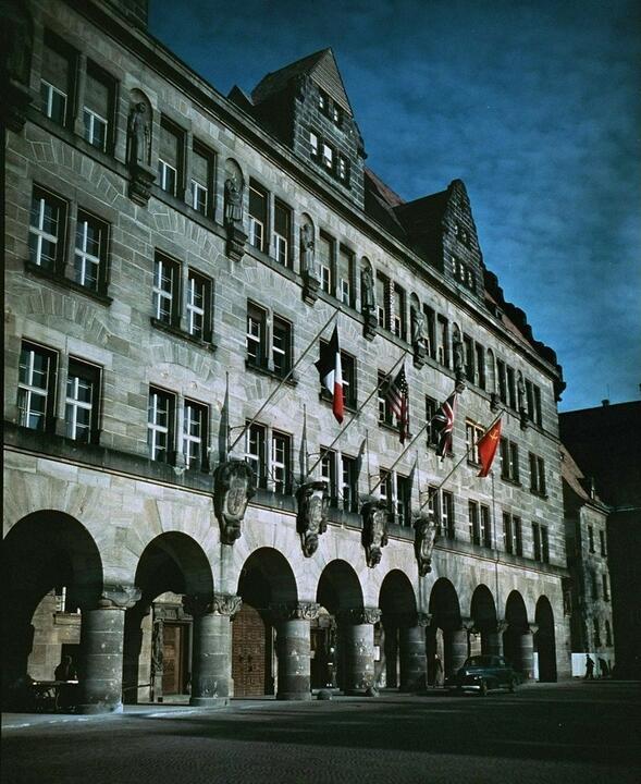 Дворец юстиции c флагами четырёх стран, сформировавших Международный военный трибунал. 1945 год. Фото: wikipedia.org