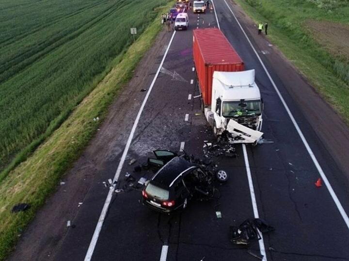 Вечером 14 июня в ДТП под Минском погибли водитель и пассажир легковушки. Установлено, что водитель VW двигался по трассеМинск - Молодечно - Нарочь всторону столицы, выехал на стречку и влетел в фуру Renault