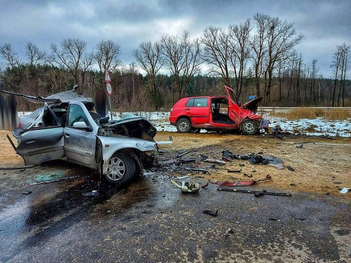 2 марта в Волковысском районе Citroen выехал на полосу встречного движения и столкнулся с Volkswagen. Врезультате ДТП 21-летний водитель Citroen иего новорожденная дочь погибли наместе, а 26-летний водитель VW умер в больнице.Супруга водителя Citroen втяжелом состоянии была госпитализирована