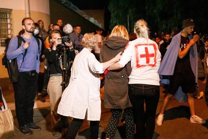 Волонтеры встречают освободившихся с Окрестина. 12 августа 2020 года