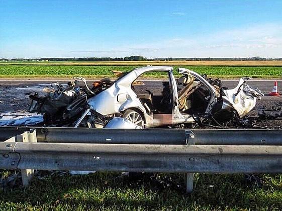 А это ДТПпроизошло ночью 24июля 2020 года наремонтируемом участке трассы М6 под Скиделем. МВД тогда сообщило, что легковой Mercedes выехал навстречку, врезался вфуру изагорелся. Всалоне «немца» было четыре человека, трое изних погибли наместе аварии. Четвертого пассажира,девушку, доставили вбольницу втяжелом состоянии, где она скончалась. После расследования ДТПСК информация изменилась: подозреваемым стал 29-летний дальнобойщик. В 2021 году суд приговорил мужчинуклишению свободы нашесть споловиной лет