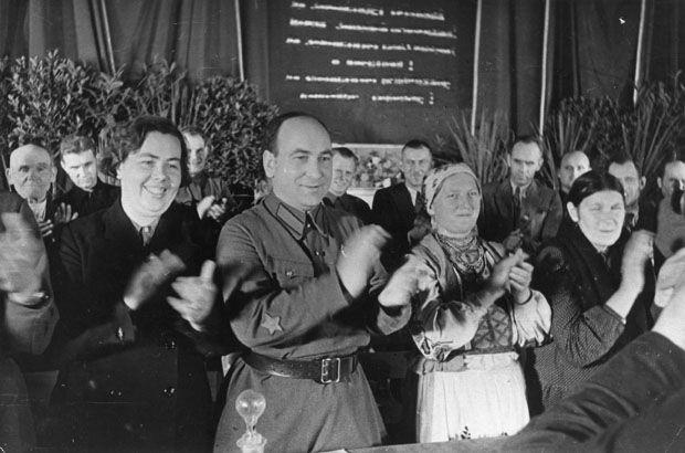В президиуме Народного собрания. Второй слева — секретарь ЦК КП (б)Б Пантелеймон Пономаренко. Фото: Национальный архив Республики Беларусь