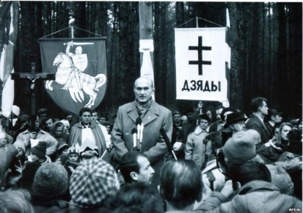 Зенон Позняк выступает на митинге в Куропатах. 1993 год. Фото: 90s.by