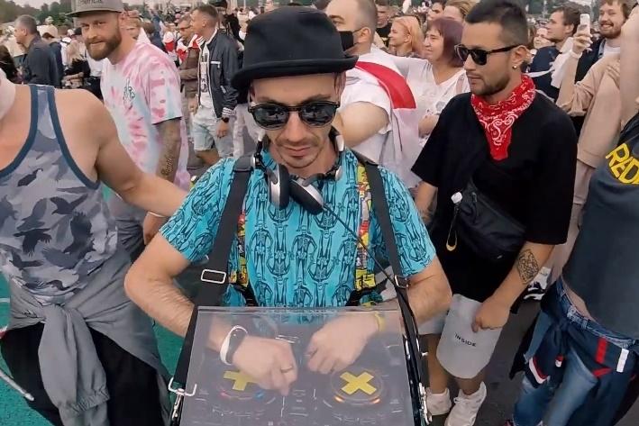 Диджей Александр Богданов, известный как «Папа Бо», выходил на воскресные марши летом и осенью прошлого года с диджейским пультом. Скриншот видео